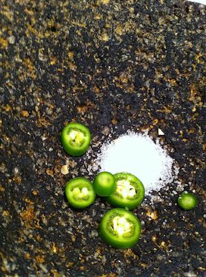 Green Salsa Serrano en Molcajete